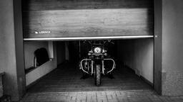 Garážová vrata LOMAX nabízí komfortní ovládání i bezpečné parkování pro všechny motocyklisty