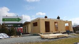 Postup stavby mobilního domu - zemní vruty, hrubá stavba