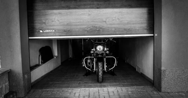 Garážová vrata LOMAX nabízí komfortní ovládání ibezpečné parkování pro všechny motocyklisty