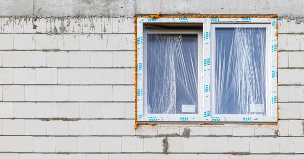 Pouze polyuretanové pěny při montáži oken a dveří nestačí!