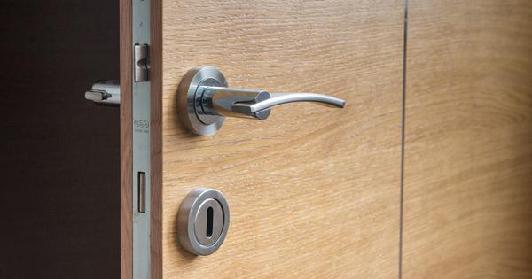 Jak vybrat bezpečnostní vchodové dveře do bytu adomu?