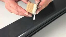 Feinste Kratzer im Metallfensterrahmen entfernen
