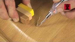 Kratzer in der Möbeloberfläche reparieren