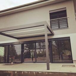 Pergola SKYLINE je idealni pro moderni stavby s cistymi liniemi