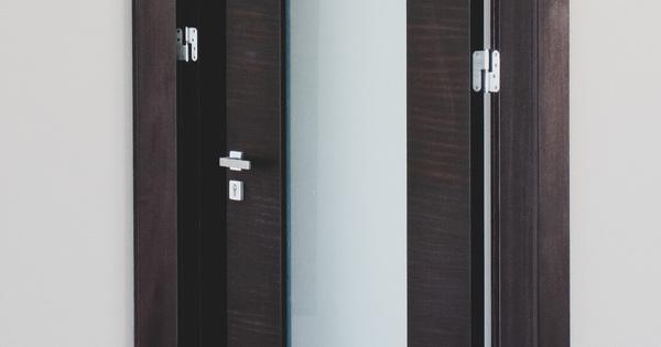 Jaký je rozdíl mezi falcovými a bezfalcovými dveřmi?
